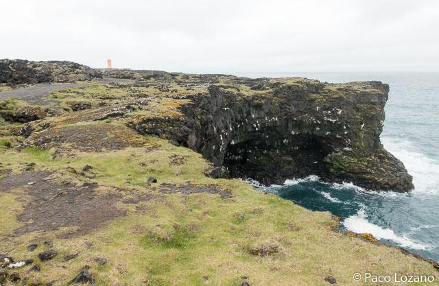 Faro naranja al oeste de Islandia